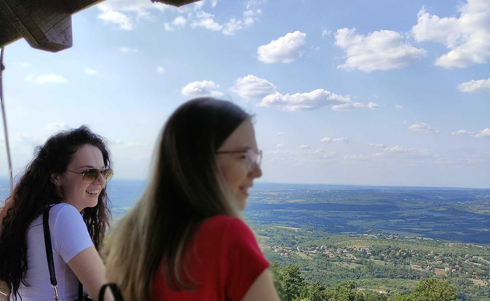 Turisti uživaju u pogledu sa kosmajskog vidikovca