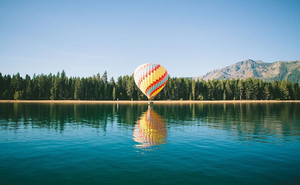 Hot air balloon on the lake